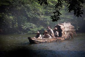 Mit dem Boot geht es auf den riesigen Wasserläufen des Amazonas immer tiefer in ungekanntes Gebiet
